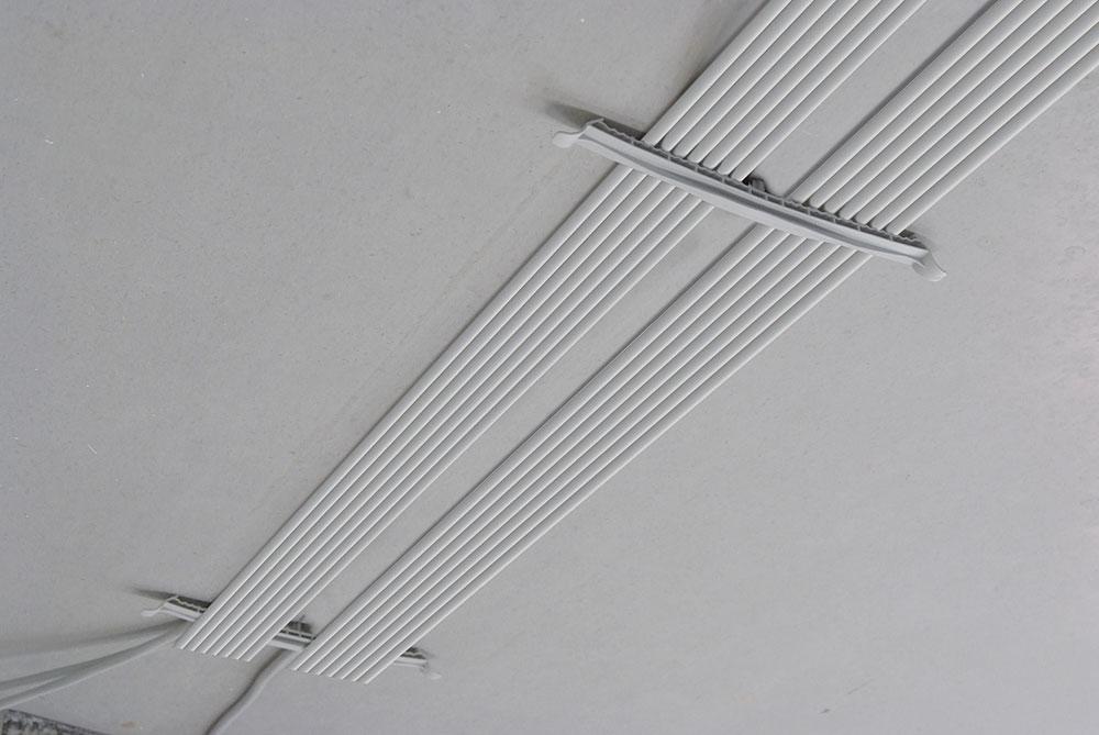 montaż kabli na suficie za pomocą klamy kablowej Schnabl