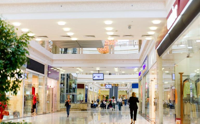 Jak prawidłowo oświetlić powierzchnię handlową?