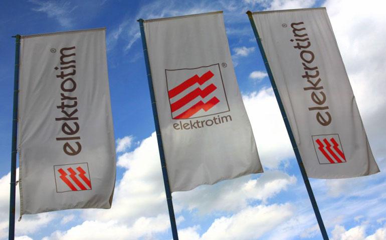 trzy flagi z logo Elektrotim