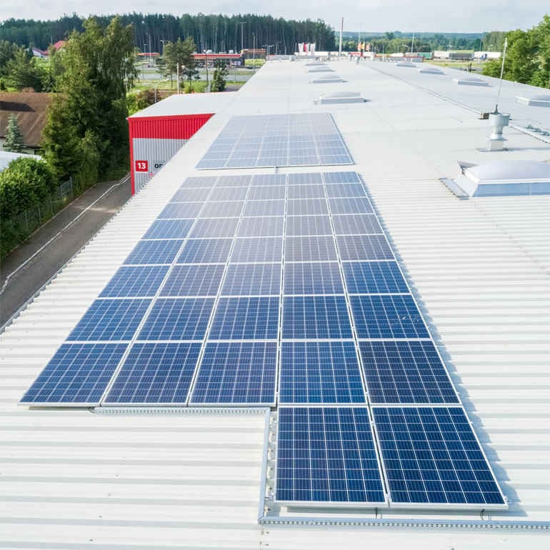 panele PV zbliżeniowe w instalacji dachowej Helukabel Polska