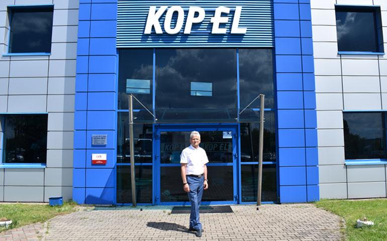 Zbigniew Srokowski przed siedzibą hurtowni elektrycznej Kopel