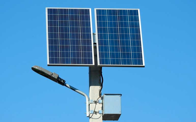 magazyn energii elektrycznej zfotowoltaiki na słupie oświetleniowym